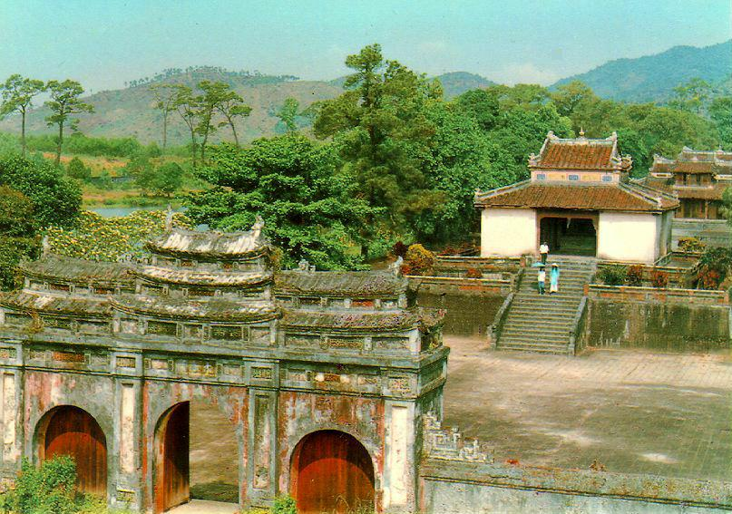 http://www.ibiblio.org/pub/multimedia/pictures/asia/vietnam/monuments/minhmang.jpg
