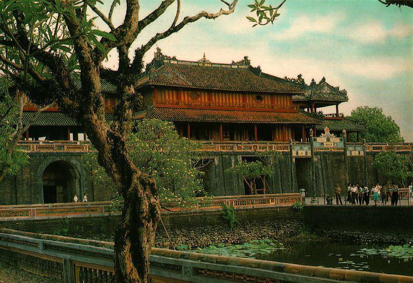 http://www.ibiblio.org/pub/multimedia/pictures/asia/vietnam/monuments/ngomon1.jpg