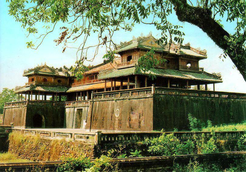 http://www.ibiblio.org/pub/multimedia/pictures/asia/vietnam/monuments/ngomon2.jpg
